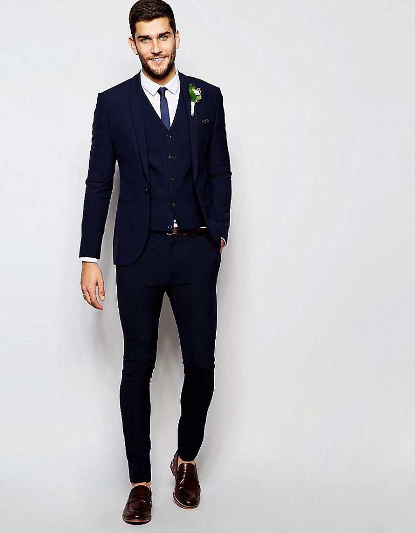Las mangas de los trajes de hombre siempre deben dejar que el puño de la camisa sobresalga unos dos centímetros. Y los pantalones deben estar cortados unos dos centímetros por encima de .