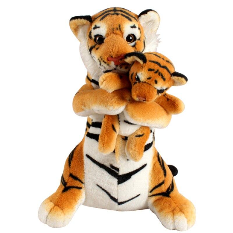 子どもを抱っこする虎のぬいぐるみ