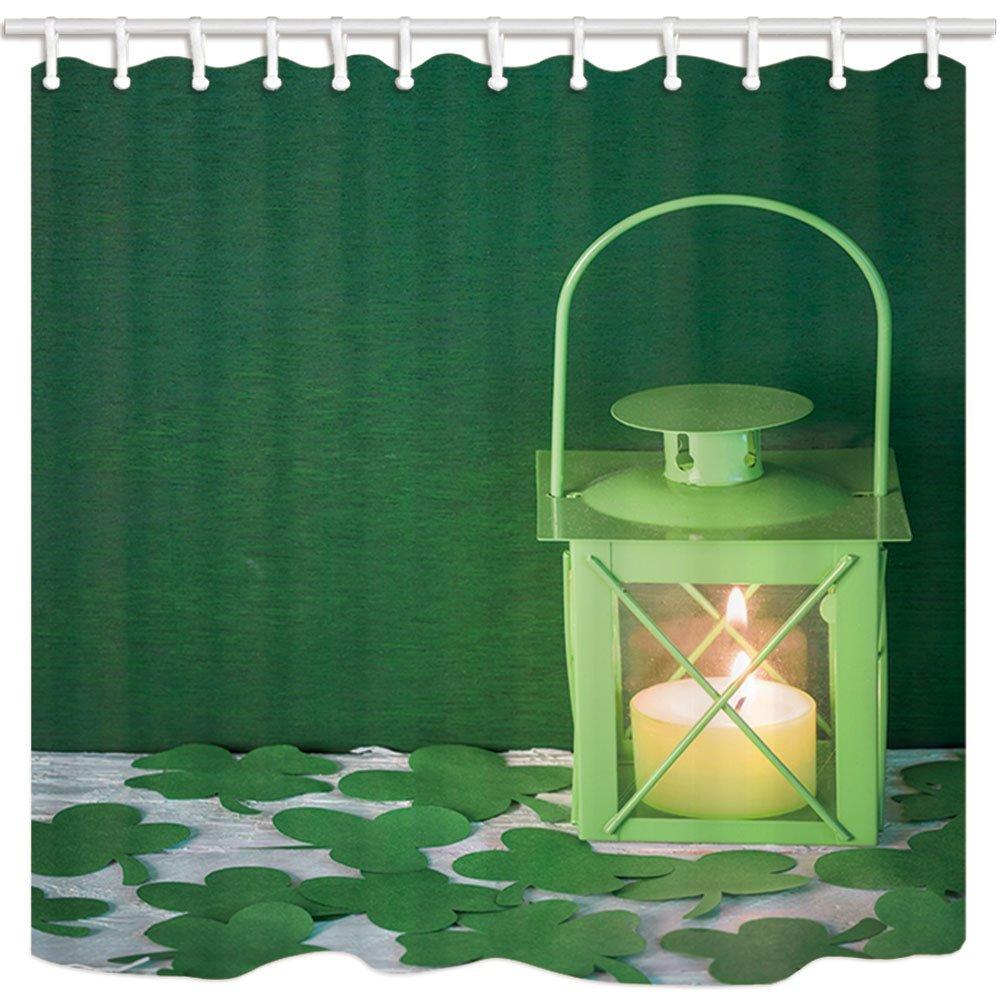 Verenigd St. Patrick Dag Douchegordijnen Voor Badkamer Lit Groene Lamp Met Kaars Omgeven Door Klavers Bladeren Zowel De Kwaliteit Van Vasthoudendheid Als Hardheid Hebben