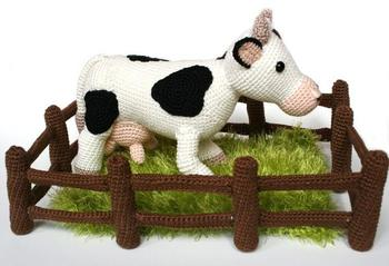 crochet toys  amigurumi  cow with fence  model number 0962