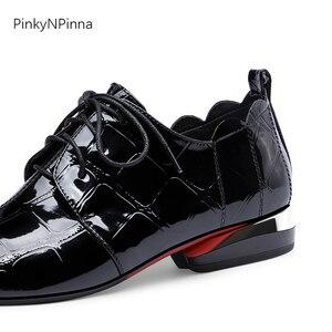 Image 5 - Женские офисные блестящие туфли из лакированной кожи с металлическим узором на низком каблуке с оборками; женские туфли оксфорды; сезон лето осень