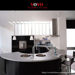 Глянцевый черный интегрированный кухонный шкаф с элегантным изогнутым островом и столешницей