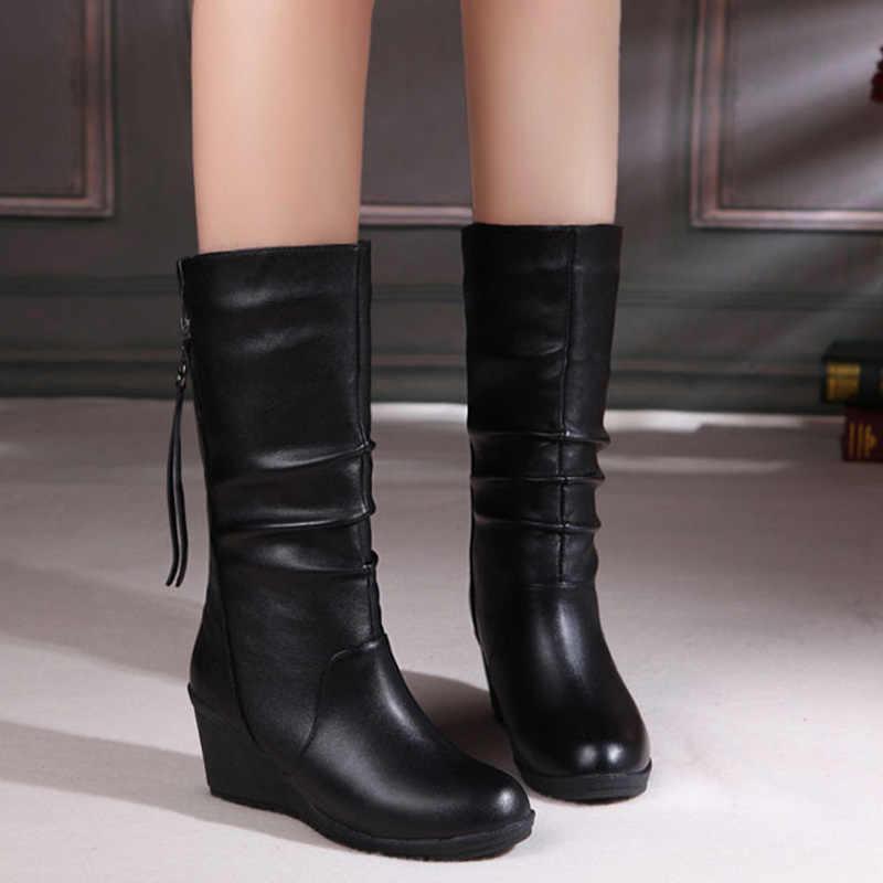 Зимние сапоги 2018 г. Женские сапоги до середины икры на танкетке женская обувь черная модная обувь для мамы кожаные сапоги женская обувь с круглым носком