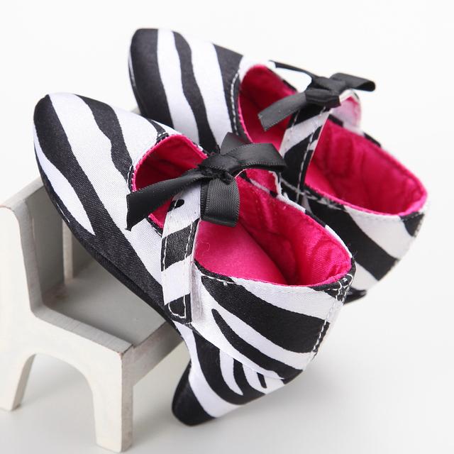 2017 la primavera y el otoño de los bebés zapatos de la cebra del leopardo del niño niños princesa de seda del color del remiendo zapatos Primeros Caminante 0-1Y
