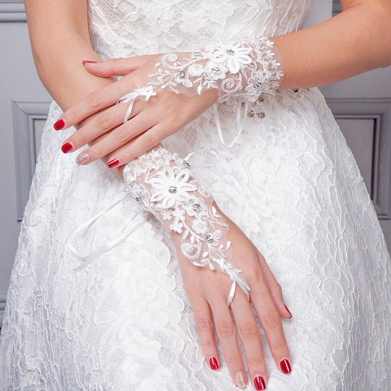 2018 New Bridal Gloves Short Diamond Lace Gloves Hand Back Beautiful Fingerless Wedding Gloves Accessoires mariage Mingli Tengda