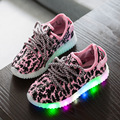 Nueva led que brilla intensamente sneakers niños iluminar brillo bebé teenis led de calzado infantil para adolescente muchacho Niños calzado informal zapato