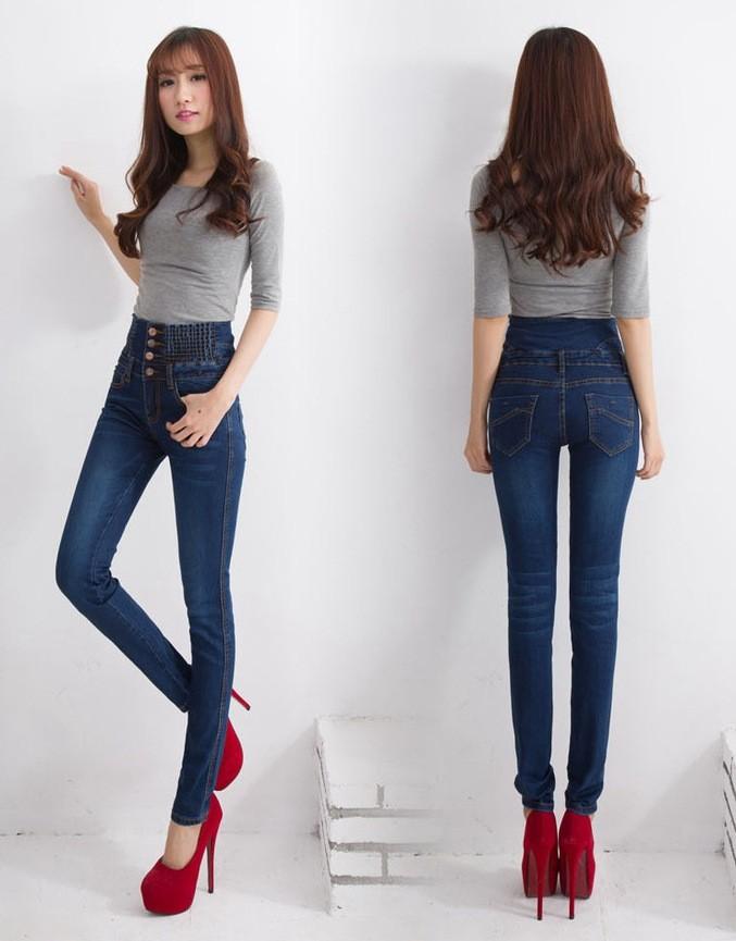 девушка в узких джинсах фото