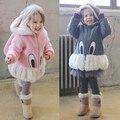 Venta caliente encantadora Niños niñas invierno lindo conejo de dibujos animados suéteres de cachemira chaqueta de la capa caliente ropa de bebé regalo de cumpleaños de la Hija
