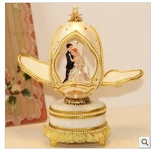 The bride and groom dancing European royal wedding preferred music box egg Valentine's Day gifts of Christmas