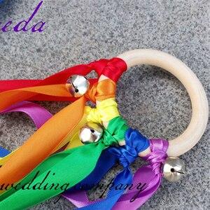 Image 5 - 20 pçs/lote Rainbow Color fita Mancha Fita Anel De Madeira Waldorf Com Sino de Mão Brinquedo Pipa para a Festa de Aniversário Favores