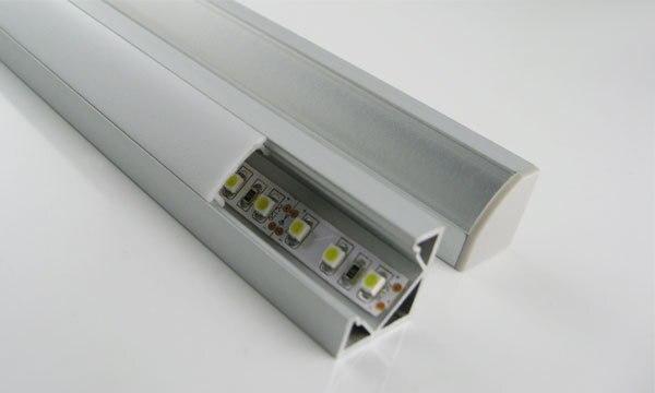 V-Tvar Vnitřní šířka 12 mm Rohový montážní hliníkový kanál s hliníkovým kanálem s opálovým krytem a sponou pro Flex / Hard LED pásové světlo