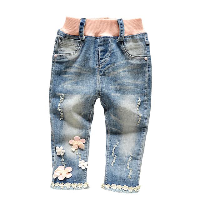 O envio gratuito de 2017 primavera outono doce flor meninas rendas denim calças, calças de brim magros, das crianças colthing