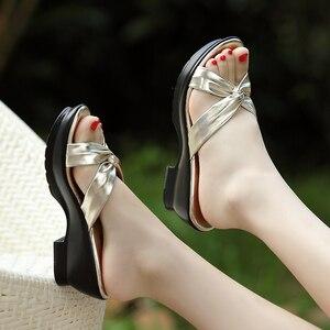 Image 2 - جلود الأحذية الأم جلد طبيعي النعال 2017 الصيف مريحة منتصف الصنادل حجم كبير 40 42 schoenen vrouw