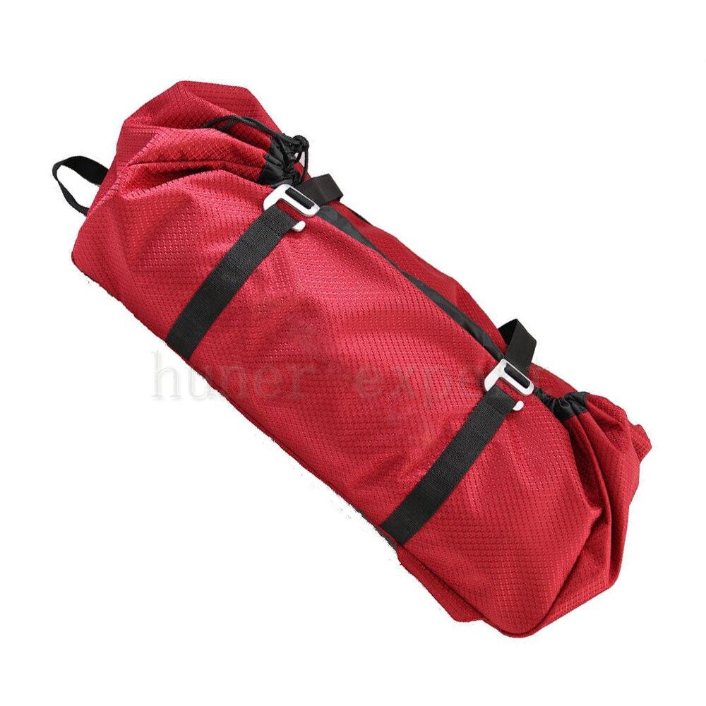 un de los hombres cuerda de rapel rojo mochila impermeable mochila de escalada de camping
