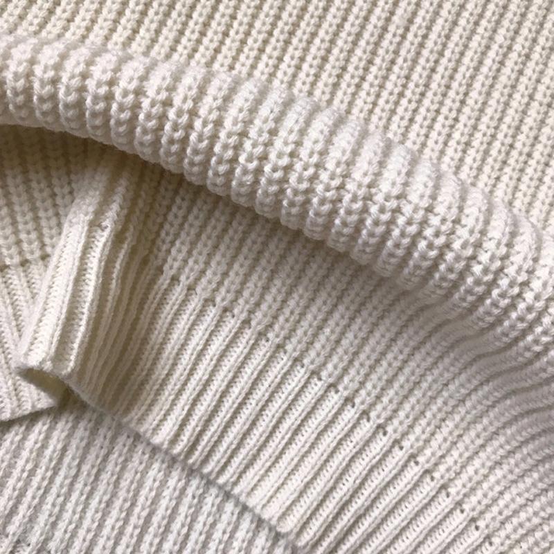 Уютное платье-свитер молочного цвета