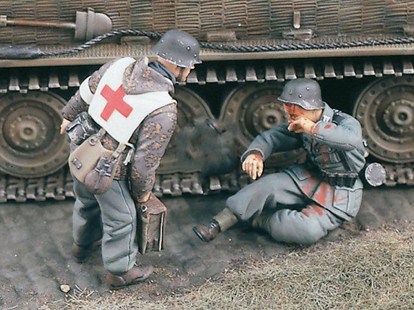 Assembly Scale 1/35 Uncolor SANITATER Medic And Wounded Soldier   Figure   Resin Model  Unpainted