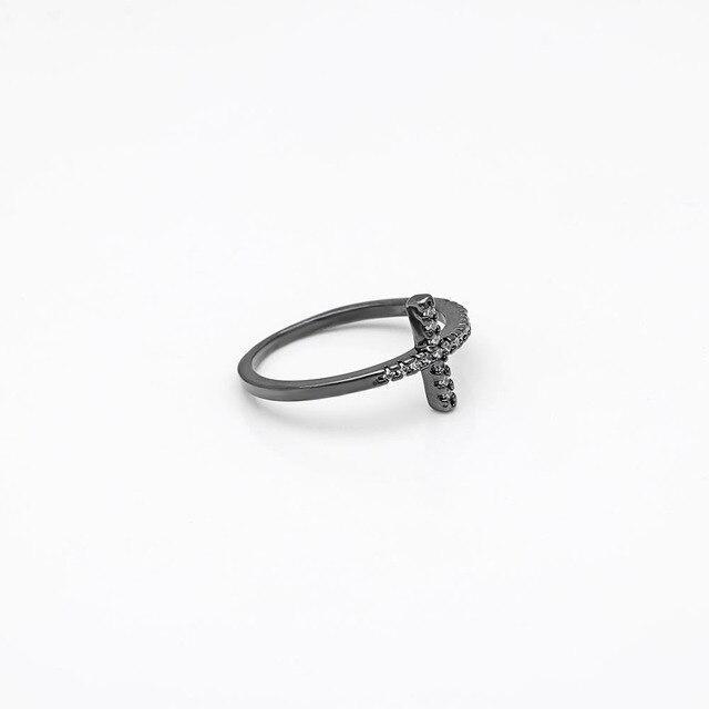 Фото трендовые кольца с боковым крестом и серебряным покрытием модные