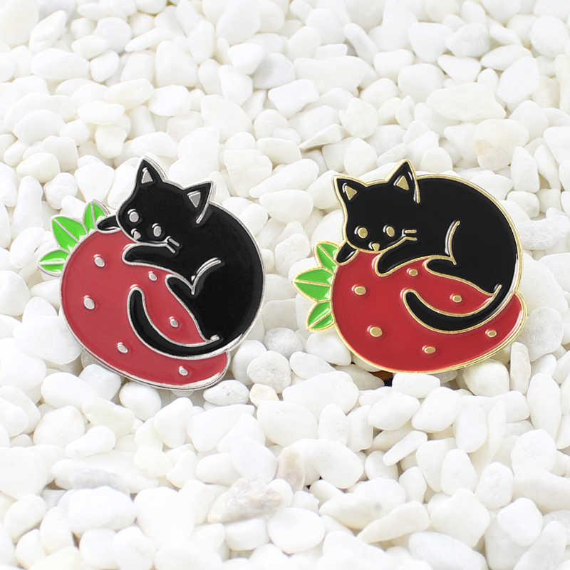 Broche de gato negro fresa perezoso sueño de gatos esmalte de fresa Pin Denim camisa Animal insignia niño amigo dibujos animados regalos