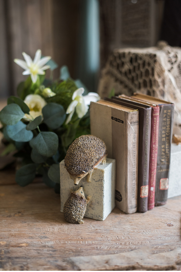 New Year Animal Statues Home Decor Crafts Resin Figurine A Pair Of Hedgehogs Trying To Escape From The Stone Ornaments