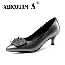 93cbf04f6f Aercourm Um 2018 Meninas Retro Sapatos Mulheres Rebite Cor Sólida Bombas  Genuína Sapatos De Couro Femininos Sapatos de Saltos Ba.