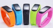 E02กีฬาบลูทูธสร้อยข้อมือนาฬิกาข้อมือสมาร์ทที่มีสุขภาพดีซิลิโคนสายรัดข้อมือเวลา/หมายเลขโทรเข้า/ปลุก/PedometerนอนจอภาพสำหรับIOS A Ndroid