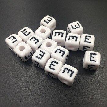 c0d3dae3568f Sola letra E Cuentas blanco con negro inicial impreso alfabeto de acrílico  del cubo Cuentas cuadrado joyería Lucita Cuentas para DIY