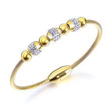 Женский браслет с магнитной пряжкой золотого цвета фианитами