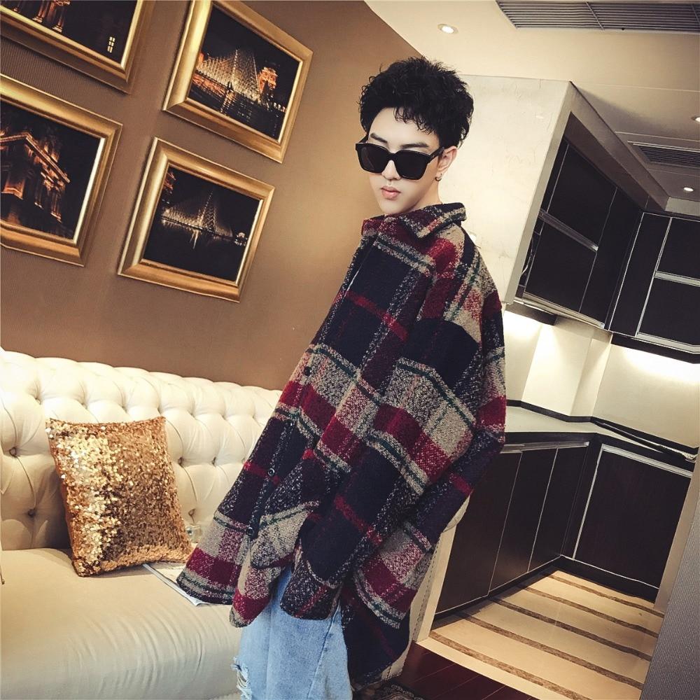 Version coréenne du manteau à carreaux en papier mince rétro pour hommes.