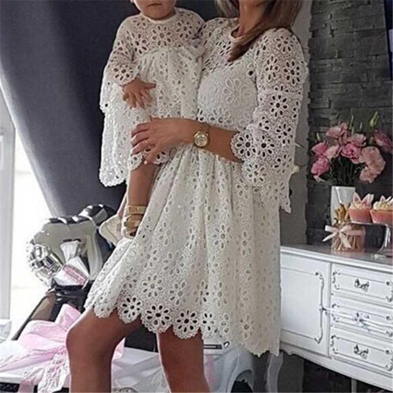 Модная Одинаковая одежда для семьи, платья для мамы и дочки, женское кружевное платье с цветочным рисунком, мини-платье для маленькой девочки, праздничная одежда для мамы и маленькой девочки