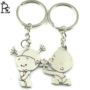 RE 100pcs New Silver Color A Cute Boy And Girl Showing Funny Keychain Hoder Romantic For Couple Surperise Gift Get Good Mood