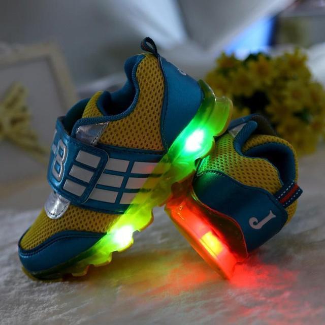 Nuevo 2016 European fashion iluminado colorido niños zapatillas Cool zapatos casual ventas calientes muchachas de los zapatos de bebé de la alta calidad