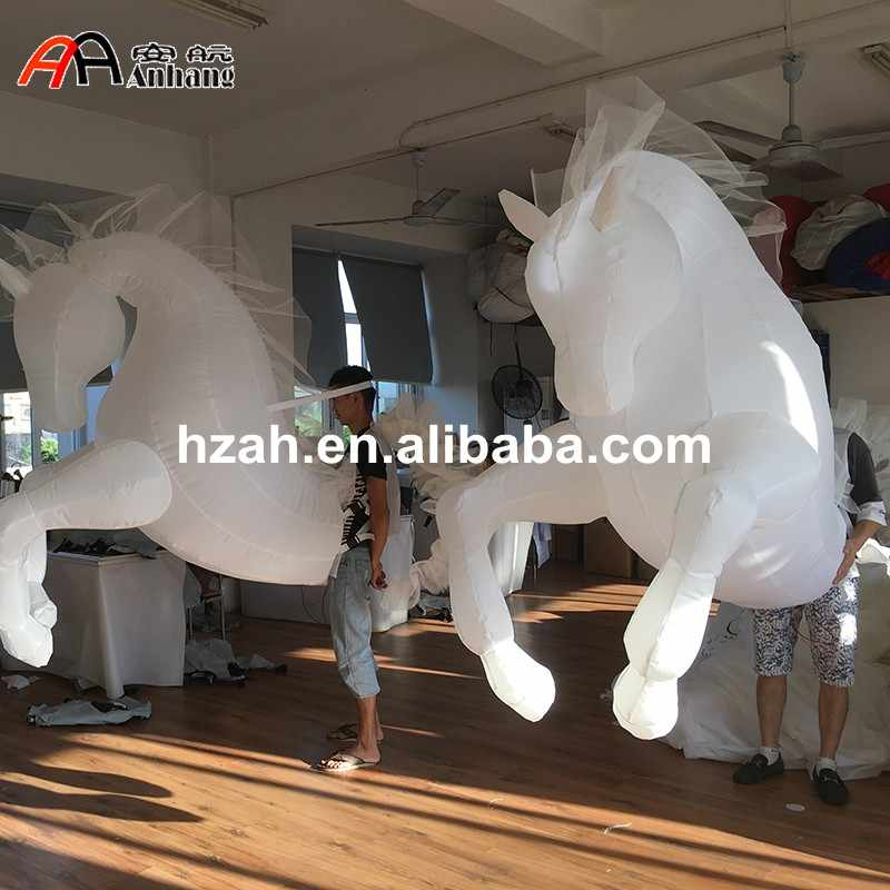 الأبيض LED نفخ الحصان زي ل موكب