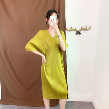 Plus Size Dress Summer Women 2019 New V-Neck Batwing Sleeves Solid Color Loose Stretch Miyake Pleats Split Casual Dress Midi цена