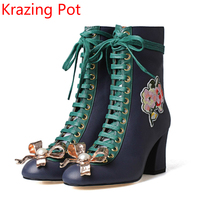17 Nova marca de moda sapatos de inverno lace-up pérola couro genuíno botas tornozelo mulheres saltos grossos bowtie sólida bordado botas L6f1