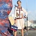 Hermosas Conjuntos 2016 Otoño Moda de Manga Larga Da Vuelta-abajo de Un Solo Pecho Bolsillos de Color Beige Bordado de la Capa + Falda Elegante Conjuntos