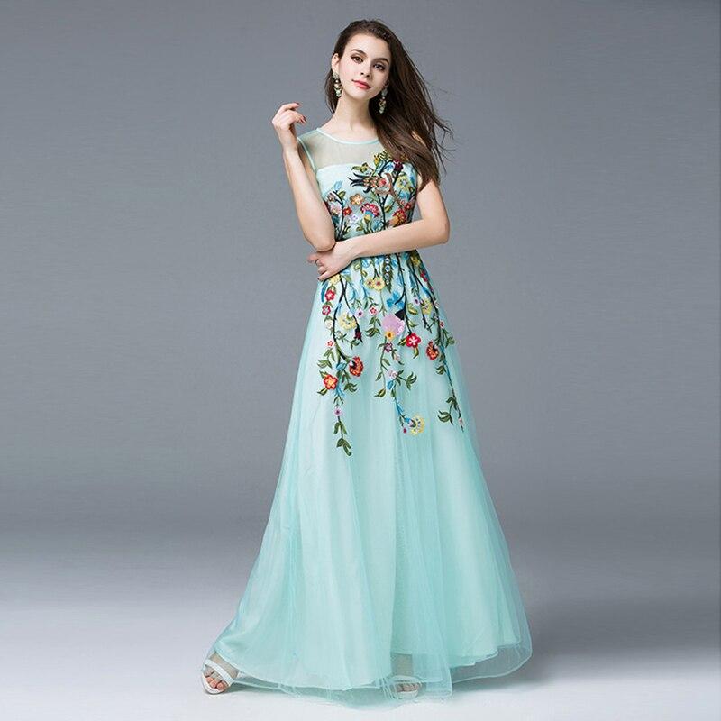 Голубое платье с цветком на поясе