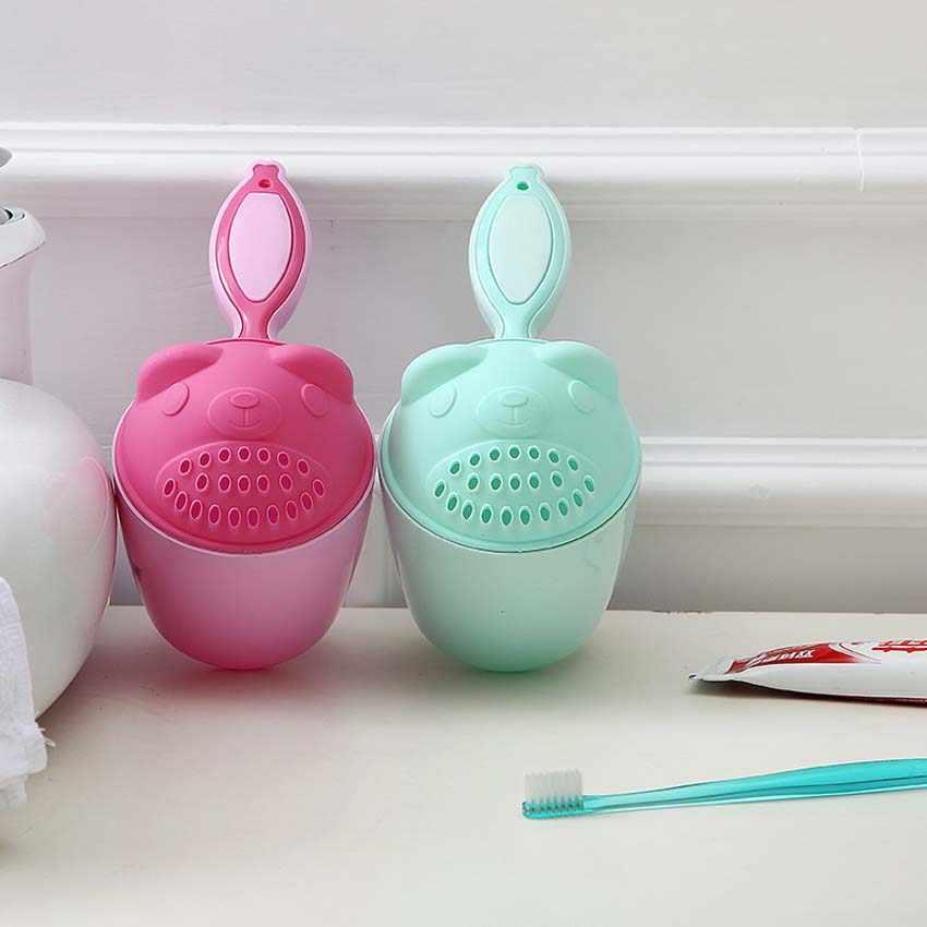 2 色ベビーキッズ漫画のクマ入浴カップベビーシャワーシャンプーカップベイラーベビーシャワー水スプーンバス洗浄カップ