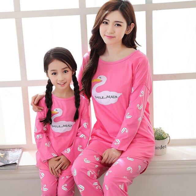 165b7c27ae1d4a Mãe Filha Pijamas 2 pcs Ternos de Algodão Rosa Ganso Dos Desenhos Animados  Sleepwear Família Roupas Combinando Conjuntos de Roupa de Dormir Em Casa ...