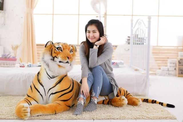 где купить larggest size 170cm simulation tiger yellow or white prone tiger plush toy surprised birthday gift w5490 по лучшей цене
