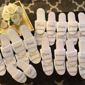Персонализировать любое имя девушки цветка Тапочки, подарок подружки невесты, свадебные вечерние, свадебные открытые Тапочки