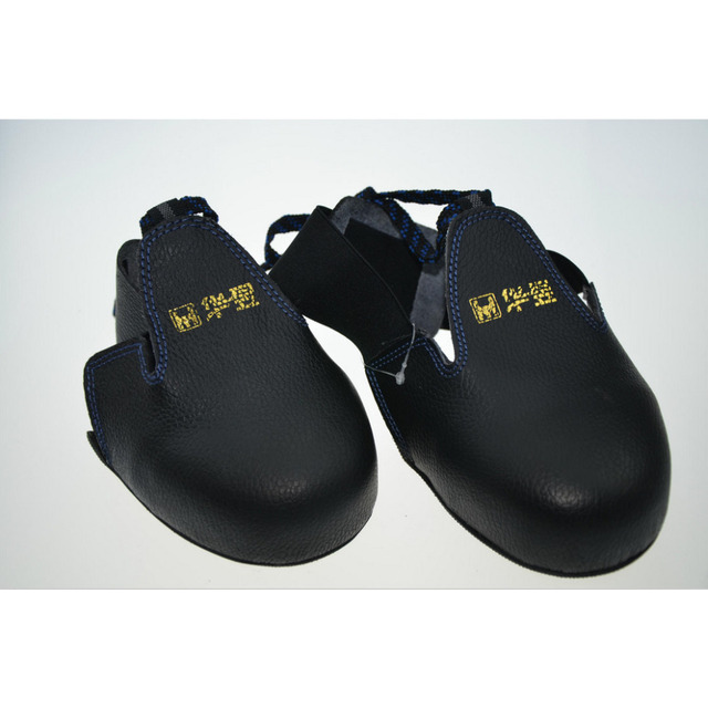 This auction is for a pair of black leather loafers by Michael Kors. Features almond toe, logo embossed silver metal accent on tassel, leather upper, rubber sole, slip on. Crafted in genuine leather. In very good condition showing normal signs of wear. % AUTHENTIC or your money back!!!