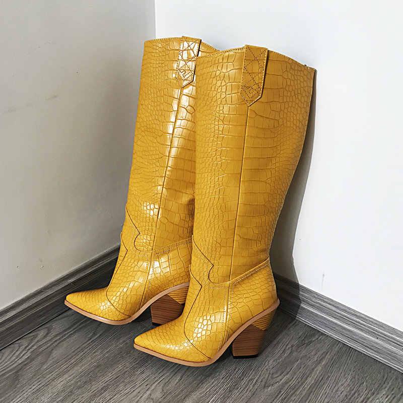 Sarı pembe kırmızı yılan baskı suni deri kadın diz yüksek çizmeler sivri burun batı kovboy çizmeleri kadın uzun tıknaz takozlar çizmeler