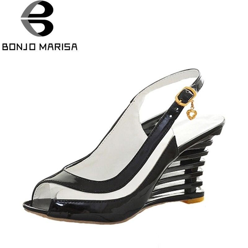 Bonjomarisa/Босоножки на высокой танкетке с открытым носком и пряжкой прозрачная обувь женские летние туфли Брендовые новинки; пикантная Летняя обувь из искусственной лакированной кожи