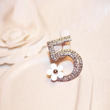2017 Brand New Fashion Crystal Number 5 Flower Brooch Rose Gold Plated Figure Rhinestone Brooch Women Wedding Party Fine Jewelry vintage rhinestone embossed figure oval brooch
