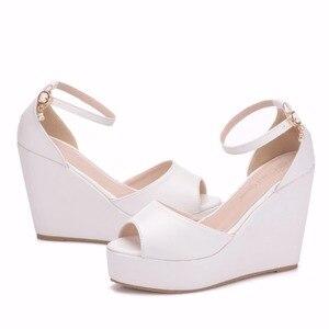 Image 4 - Crystal Queen Sandalias de tacón de cuña Superior para mujer, zapatos femeninos de plataforma alta, Punta abierta, tacón alto de Pu blanco, cuñas