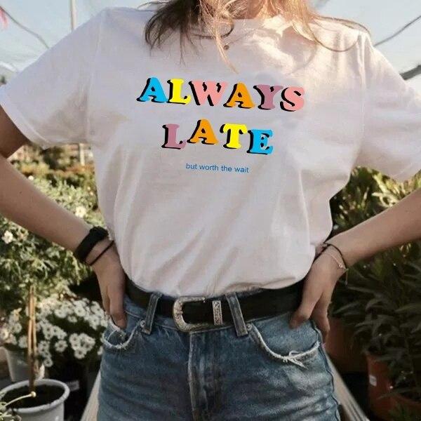 HAHAYULE-JBH Verão Casual Sempre Atrasado Mas Vale a Pena Esperar T-shirt Das Mulheres Letras Moda Top