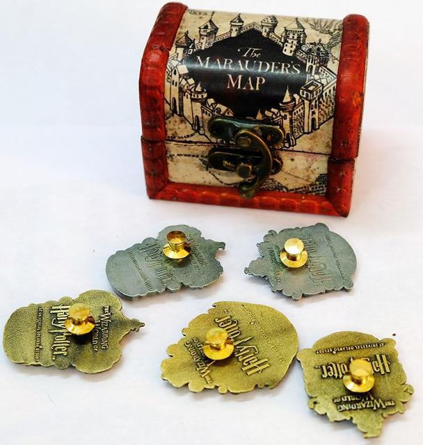 Брошки факультета Хогвартс в подарочной коробке Гарри Поттер 1