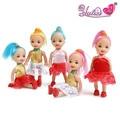 Brinquedos das crianças, meninas jogam brinquedos, bonecas confusas, presente das meninas