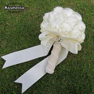 Image 4 - Kyunovia Succinct Satin Rose Boeket Handgemaakte Lint Rose Bruiloft bloemen Kant Handvat Ivoor Bruidsmeisje Bruidsboeketten FE76