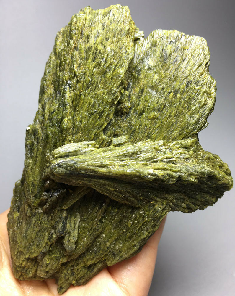 560g Natural GREEN Epidote Crystal Rough Stone Rock Specimen  crystals healing stones560g Natural GREEN Epidote Crystal Rough Stone Rock Specimen  crystals healing stones